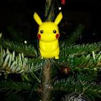 Pikachu im Weihnachtsbaum