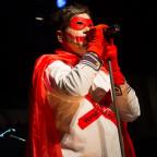Der Superheld, ist auf der Bühne