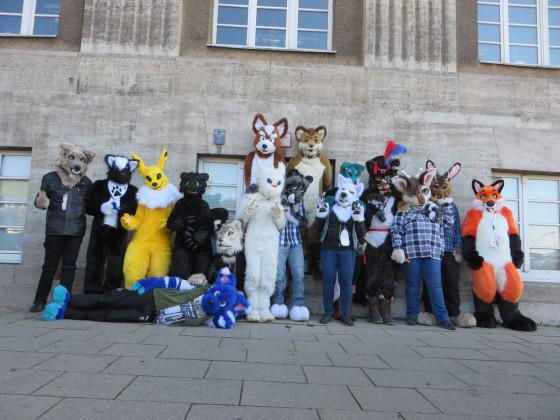 Kleiner Fursuitwalk Berlin 01 Gruppenfoto
