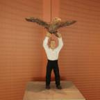 Holzschnitzung (Mann mit Adler)
